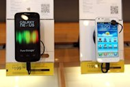 A Samsung Galaxy Nexus phones (L) is seen on display at a Sprint store, on April 27, in San Francisco, California. A judge on Friday granted Apple&#39;s request for an injunction blocking US sales of Samsung Galaxy Nexus, made in collaboration with Google to challenge the iPhone