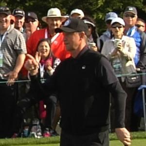 Wayne Gretzky drops a 9-foot putt at AT&T Pebble Beach