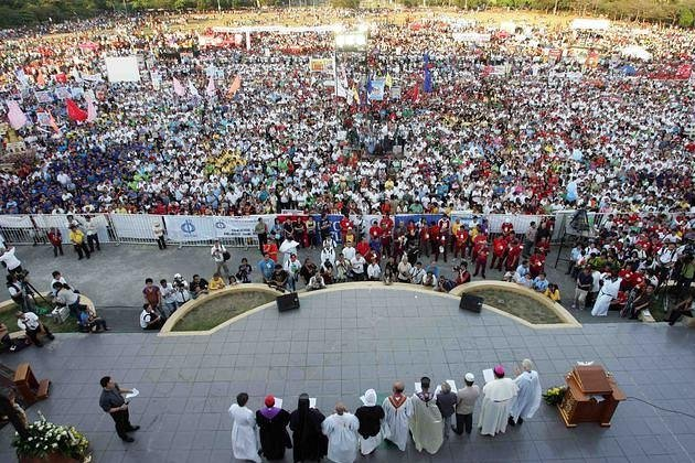 Filipino Catholic devotees converge at the Quirino Grandstand of Manila&#39;s Rizal Park on 25 March 2011 to attend a rally called by Catholic bishops to oppose the controversial reproductive health (RH) bill. (Mike Alquinto/NPPA Images)