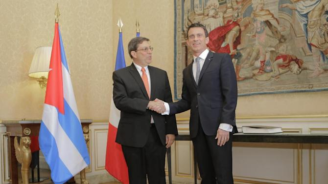 France's Prime minister Manuel Valls, right, shake hands with Cuba's Foreign Minister Bruno Rodriguez at the Hotel de Matignon in Paris France, Tuesday, April 21, 2015. Cuba's Foreign Minister Bruno Rodrigeuz is for three days visit in Europe. (AP Photo/Jacques Brinon)