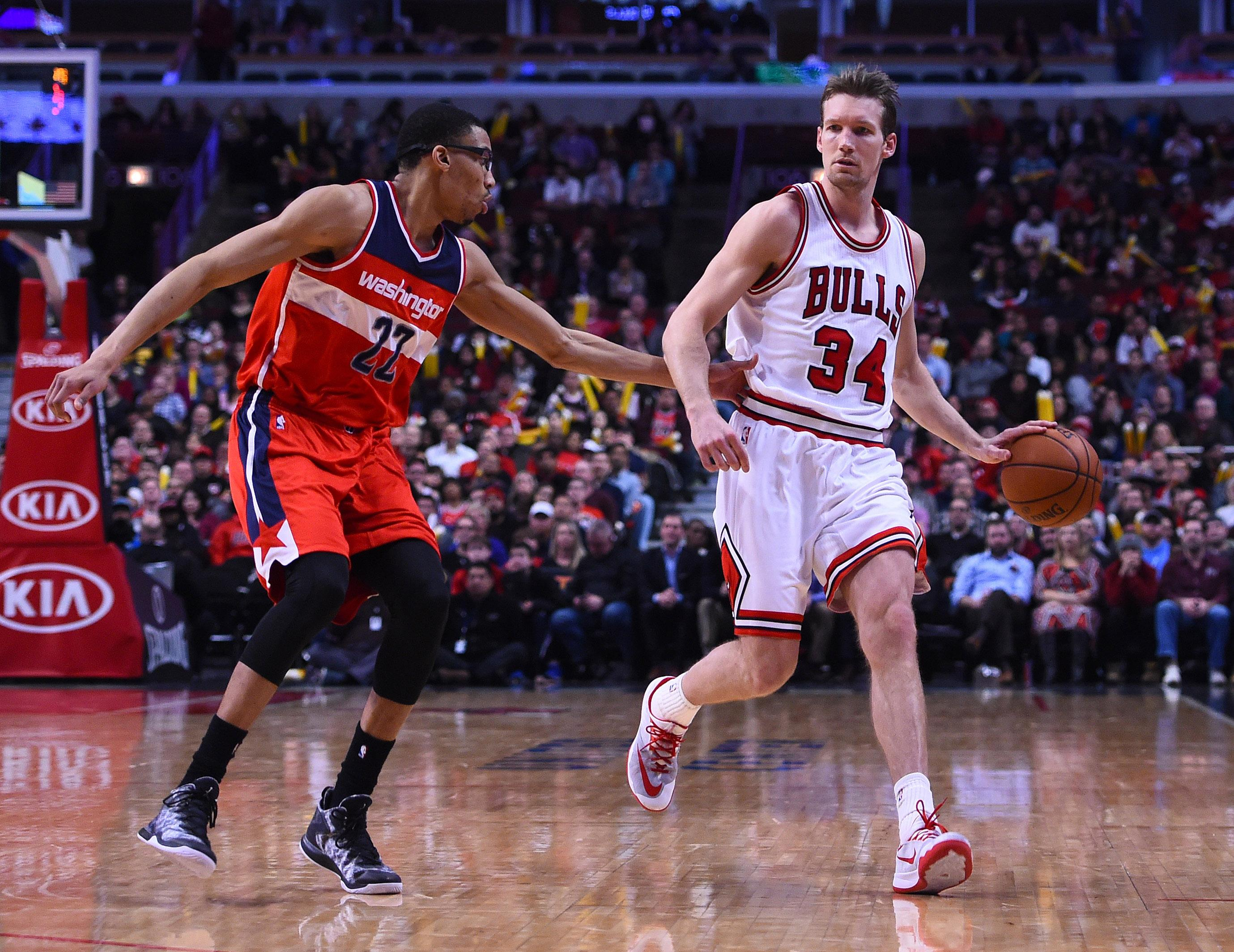 Otto Porter loses Tony Snell on defense, just stands still and stares