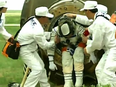 Raw: Chinese Space Capsule Returns to Earth