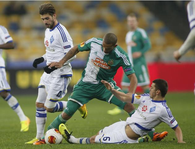 Rapid Vienna's Boyd fights for the ball with Dynamo Kiev's Veloso and Dragovic during their Europa League soccer match in Kiev