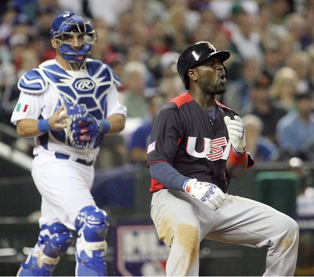 RDX18. Phoenix (United States), 09/03/2013.- Team Italy catcher Tyler Latorre moves in to tag out Team USA's Brandon Philllips (R) disagrees with a called third strike, during their game in Round One,
