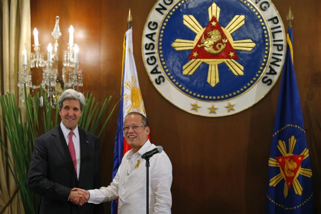 U.S. Secretary of State John Kerry and Philippines' President Benigno Aquino shake hands at a dinner in Manila