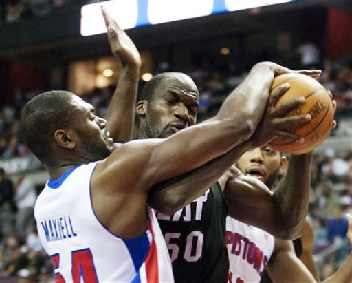 James' late FTs give Heat 101-98 win over Pistons