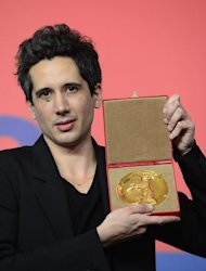 French director Jean-Bernhard Marlin poses with the Golden Bear award for best film of the international short film jury for &quot;La Fugue&quot; (&quot;The Runaway&quot;) at a press conference after the awards ceremony of the 63rd Berlinale Film Festival, in Berlin on February 16, 2013