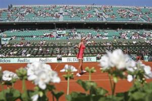 Azarenka overcomes terrible start to win at French