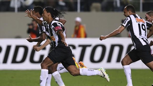 Ronaldinho (2nd L) of Brazil's Atletico Mineiro celebrates with his teammates after winning the second leg Copa Libertadores semi-final soccer match against Argentina's Newell's Old Boys in Belo Horizonte (Reuters)