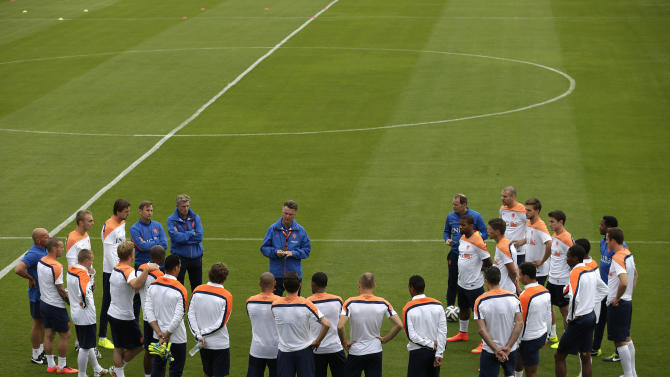 Coach Louis van Gaal, center, of the Netherlands briefs his team during a training session in Rio de Janeiro, Brazil, Friday, June 20, 2014. The Netherlands play in group B of the 2014 soccer World Cup. (AP Photo/Wong Maye-E)
