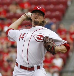 Reds back Leake with 3 HRs in 6-1 win over Mets