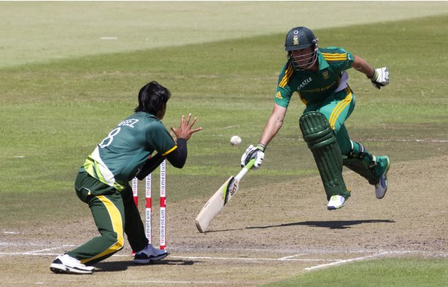 Pakistan's Hafeez attempts to run out South Africa's de Villiers during their fourth One Day International cricket match in Durban