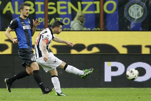 Udinese forward Antonio Di Natale, right, chased by Inter Milan midfielder Zdravko Kuzmanovic, of Serbia, scores during the Serie A soccer match between Inter Milan and Udinese at the San Siro stadium