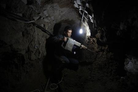 A Palestinian worker repairs a smuggling tunnel flooded by Egyptian forces, beneath the Egyptian-Gaza border in Rafah, in the southern Gaza Strip February 10, 2013. Egyptian forces have flooded smuggling tunnels under the border with the Palestinian-ruled Gaza Strip in a campaign to shut them down, Egyptian and Palestinian officials said. Picture taken February 10, 2013. REUTERS/Ibraheem Abu Mustafa
