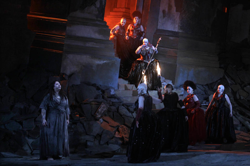 "In this photo taken Tuesday, Oct. 2, 2012, in Chicago, Jill Grove as Klyamnestra, with sceptor, and Christine Goerke as Elektra, lower left, perform during the first act of a dress rehearsal of the Lyric Opera of Chicago's new production of ""Elektra."" (AP Photo/M. Spencer Green)"