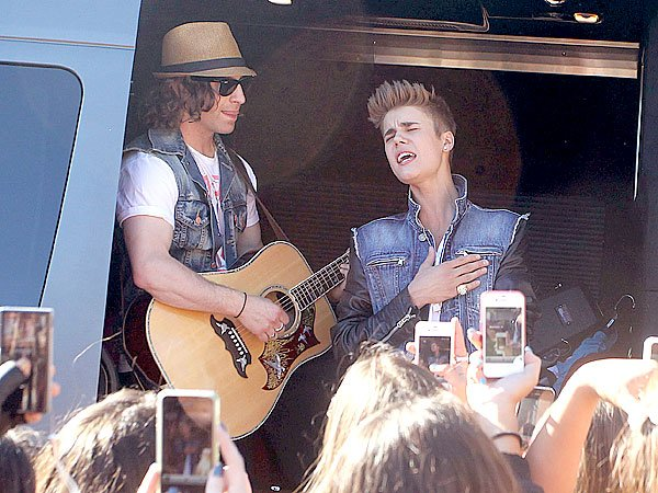 Justin Bieber Surprises Fans With 'Boyfriend' Performance After Jay Leno