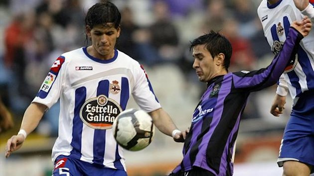 Deportivo Coruna's Ze Castro Rosa (L) battles for the ball with Valladolid's Alberto Bueno during their Spanish First Division soccer match at Riazor stadium in Coruna March 20, 2010. (Reuters)