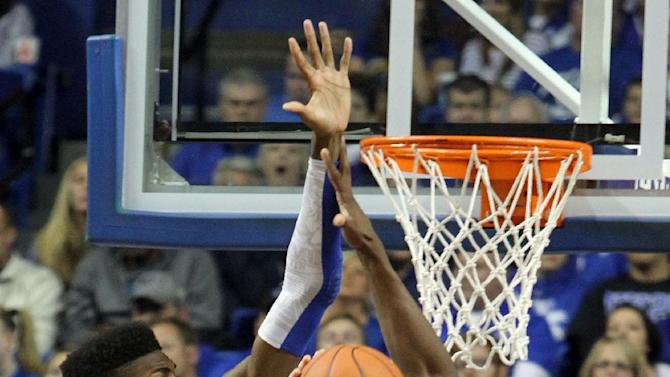 Lafayette's Alan Flannigan (22) looks for an opening between Kentucky's Nerlens Noel, left, and Alex Poythress, right, during the first half of an NCAA college basketball game at Rupp Arena in Lexington, Ky., Friday, Nov. 16, 2012. (AP Photo/James Crisp)