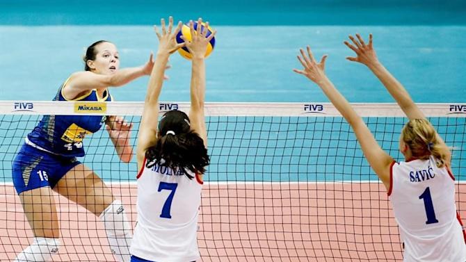 ZSN004. Bangkok (Thailand), 04/07/2015.- Brazil's Monique Marinho Pavao (L) spikes the ball as Serbia's Bizilka Molnar (C) and Maja Savic attempt to block during a game between Brazil and Serbia during the FIVB Women's Volleyball World Grand Prix in Bangkok, Thailand, 04 July 2015. (Brasil, Tailandia) EFE/EPA/DIEGO AZUBEL