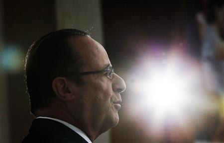 French President Francois Hollande delivers a speech during a ceremony for outgoing Louvre Museum Director Henri Loyrette (unseen) at the Louvre museum in Paris April 9, 2013. REUTERS/Christophe Ena/Pool