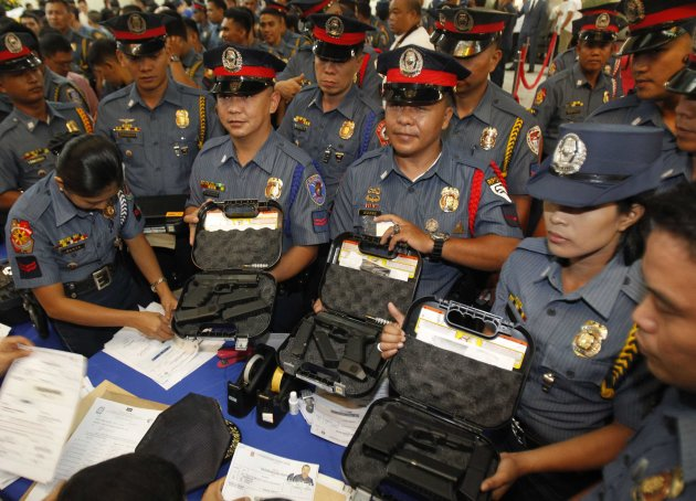 Tens of thousands of cops get new guns - Yahoo! News Philippines