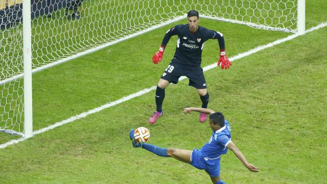 Football -  Dnipro's Leo Matos in action with Sevilla's goalkeeper Sergio Rico