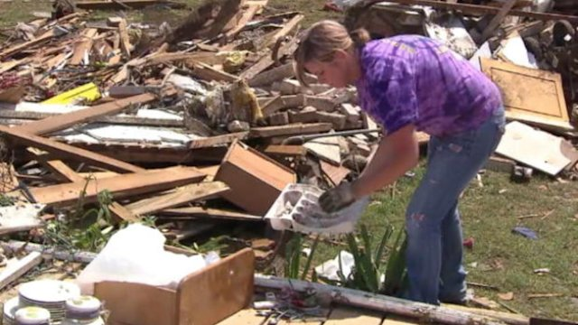 Video: Assessing Oklahoma tornado damage