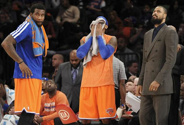 PFX5. New York (United States), 08/12/2013.- New York Knicks forward Carmelo Anthony (C) covers his face with a towel next to teammate Amar'e Stouemire (L) and injured center Tyson Chandler (R) in