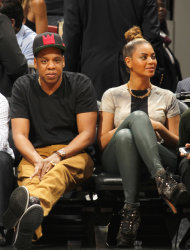 Beyonc works even taller topknot at Basketball
