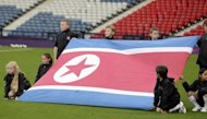 La bandera de Corea del Norte es exhibida antes del partido entre ese pas y Francia en la competicin de ftbol femenino. La ltima revelacin embarazosa fue la desaparicin de juego de llaves del estadio nacional de Inglaterra, una de las seis sedes del torneo de ftbol, por los policas que llevaban a cabo una inspeccin previa al inicio de los Juegos. (AFP | graham stuart)