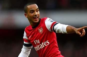Walcott hails Arsenal's 'big family' but refuses to budge on contract talk