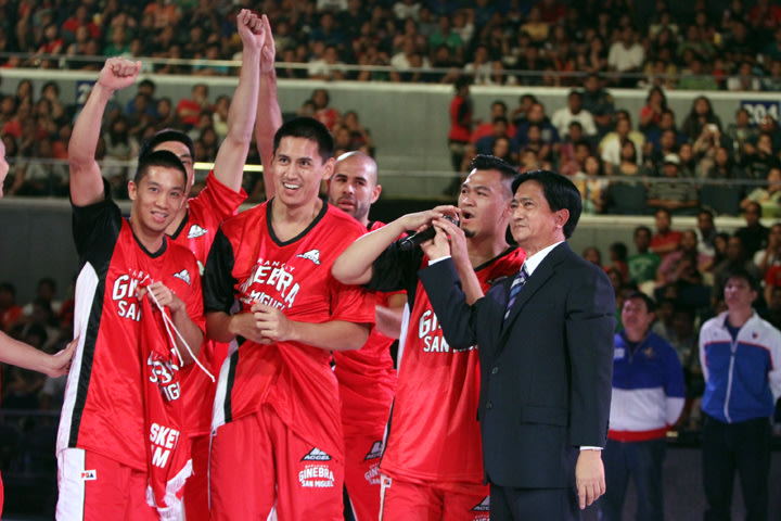 PBA Chairman Robert Non with Barangay Ginebra players. (PBA Images)