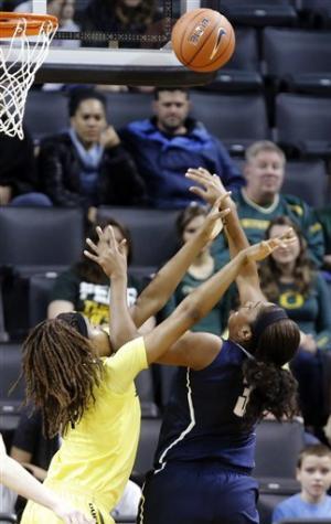 No. 1 Connecticut women beat Oregon 95-51
