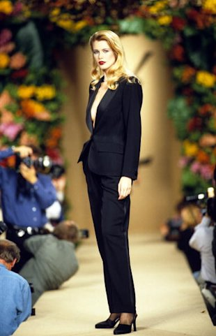 Claudia Schiffer, Yves Saint Laurent Tuxedo - Foto: Getty Images.
