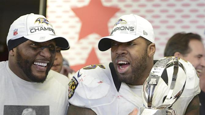 CJX46. Foxborough (United States), 21/01/2013.- Baltimore Ravens inside linebacker Ray Lewis (L) and Baltimore Ravens outside linebacker Terrell Suggs (R) pose with the Lamar Hunt Trophy in the locker room following the Baltimore Ravens defeat of the New England Patriots in the AFC Championship game at Gillette Stadium in Foxborough, Massachusetts, USA 20 January 2013. The Baltimore Ravens will go onto face the San Francisco 49ers in Super Bowl XLVII in New Orleans Louisiana on 03 February 2013. EFE/EPA/MICHAEL IVINS