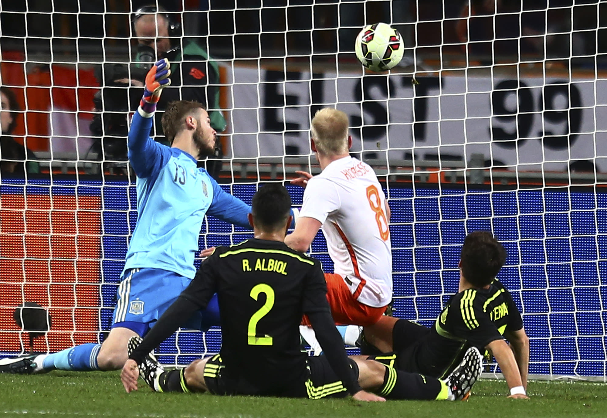 Netherlands beats 2-0 to relieve pressure on Guus Hiddink