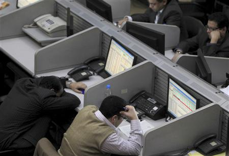 Traders work at the Egyptian stock exchange in Cairo January 22, 2013. REUTERS/Mohamed Abd El Ghany (EGYPT - Tags: BUSINESS) - RTR3CSL5