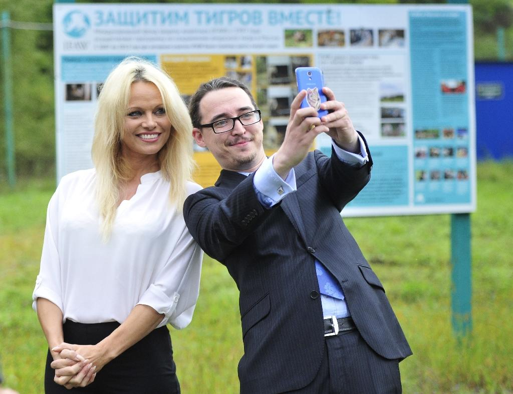 Pamela Anderson urges Russia to save whales