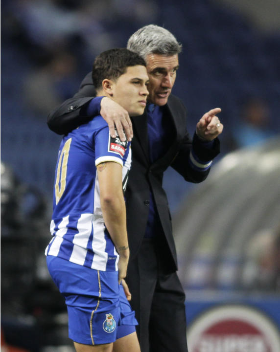 Porto's coach Castro chats with his player Quintero during their Portuguese Premier League soccer match against Arouca in Porto