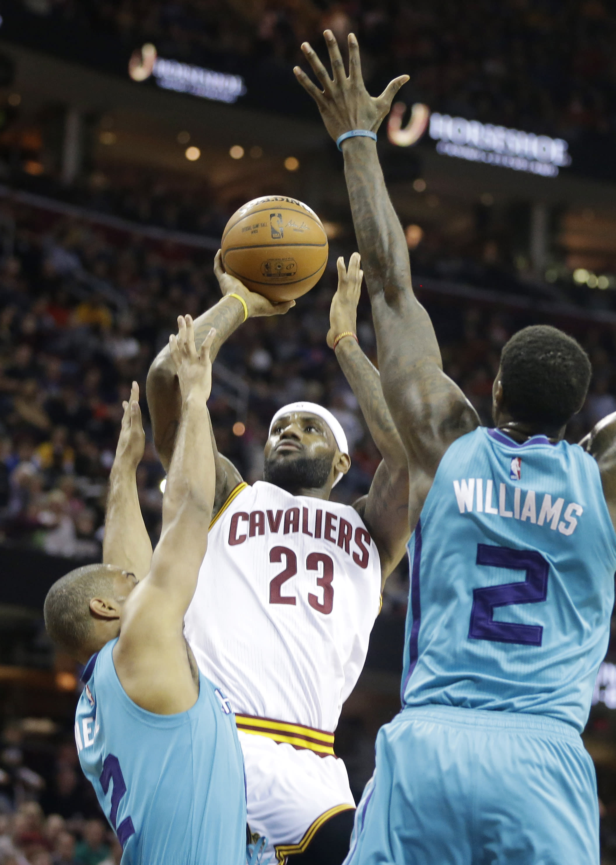 James scores 25 as Cavaliers rout Hornets 129-90