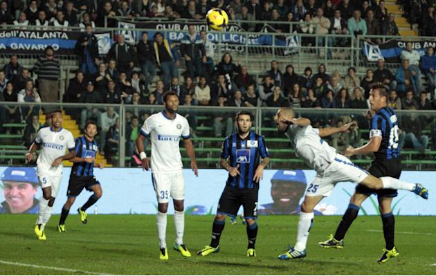 Atalanta's German Denis, right, of Argentina, scores during a Serie A soccer match against Inter Milan in Bergamo, Italy, Tuesday, Oct. 29, 2013