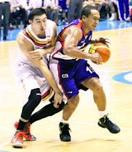 Meralco's Cliff Hodge and Air21's Wynee Arboleda. (Nuki Sabio/PBA Images)
