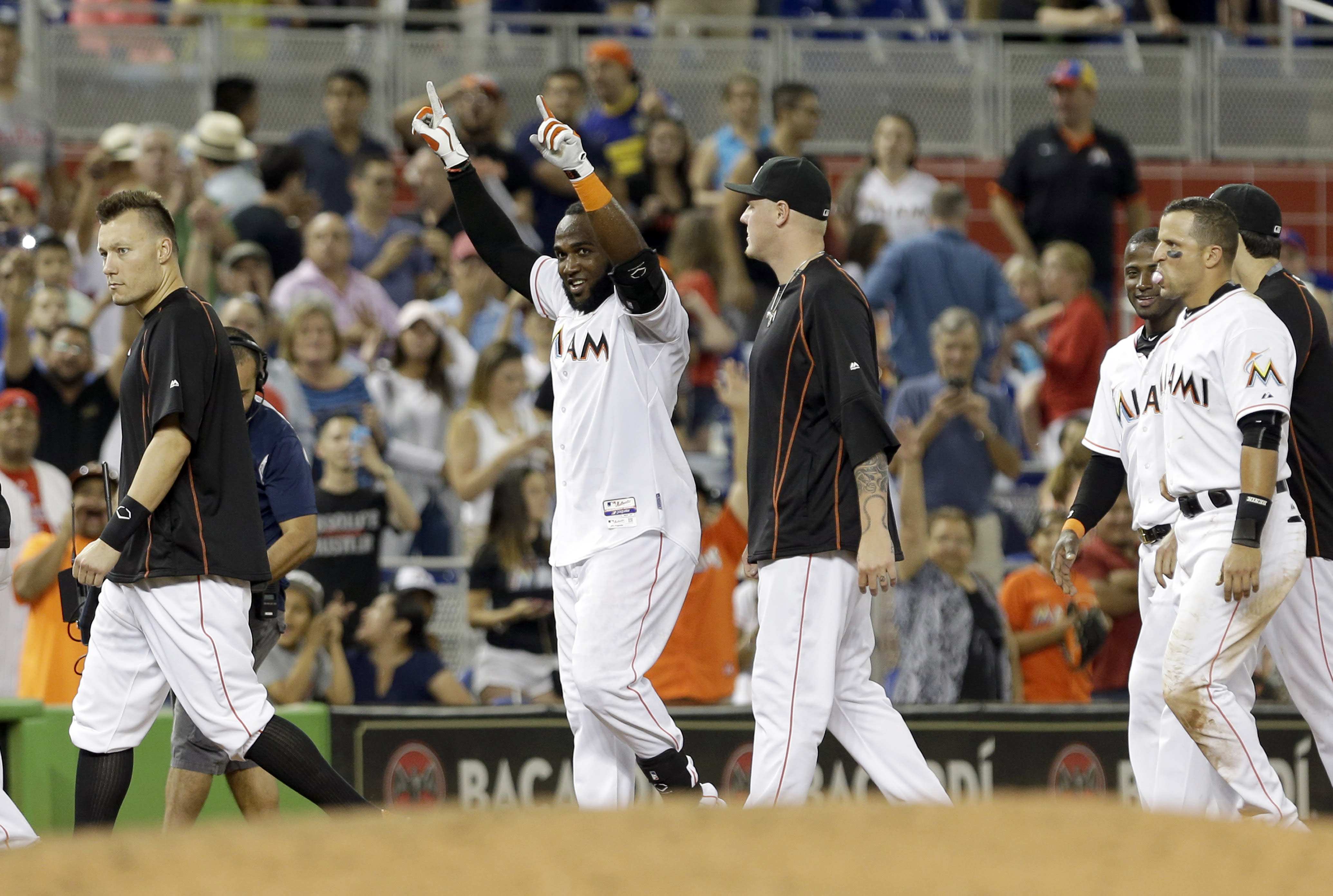 Marlins stay hot, score in 9th to top Phillies 4-3