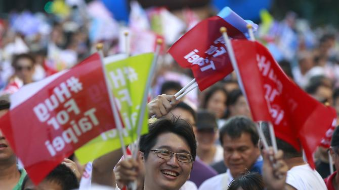 Supporters of Taipei mayoral candidate Ko Wen-je take part during his campaign rally ahead of the local elections in Taipei