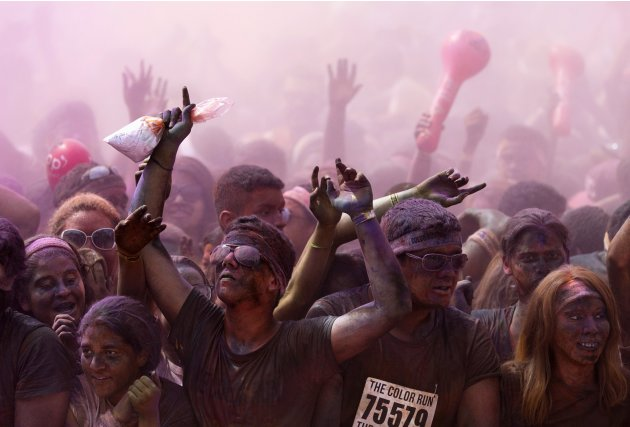 Participants race in the Color Run in Manaus