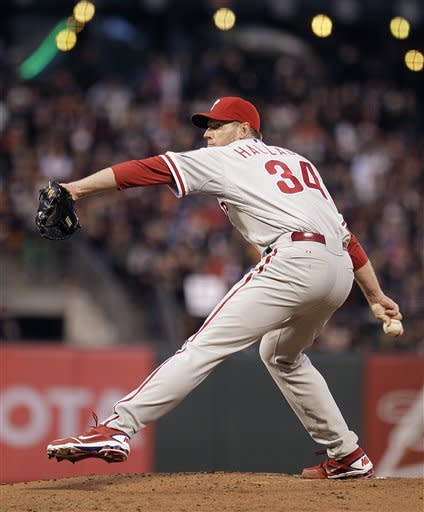 Halladay outduels Lincecum, Philly tops Giants 5-2