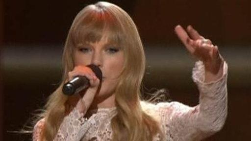 Taylor Swift Shows Off Her Beatboxing Skills