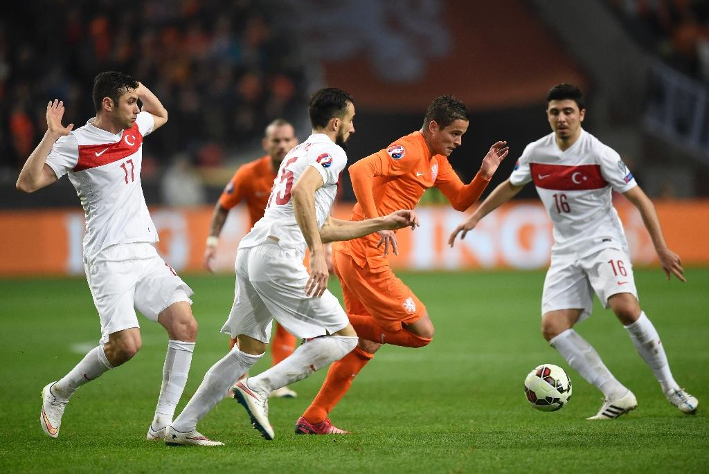 Stoppage-time goal rescues draw for Dutch