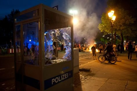 Berlin/ Ein zerstoertes Polizeihaeuschen steht am Dienstag (01.05.12) in Berlin waehrend der &quot;Revolutionaeren 1. Mai Demonstration&quot; auf dem Buergersteig. Begleitet von einem grossen Aufgebot an Sicherheitskraeften versammelten sich am Dienstagabend in Kreuzberg mehrere Tausend Menschen zur traditionellen &quot;Revolutionaeren 1. Mai Demonstration&quot; der linksautonomen Szene. (zu dapd-Text) Foto: Maja Hitij/dapd