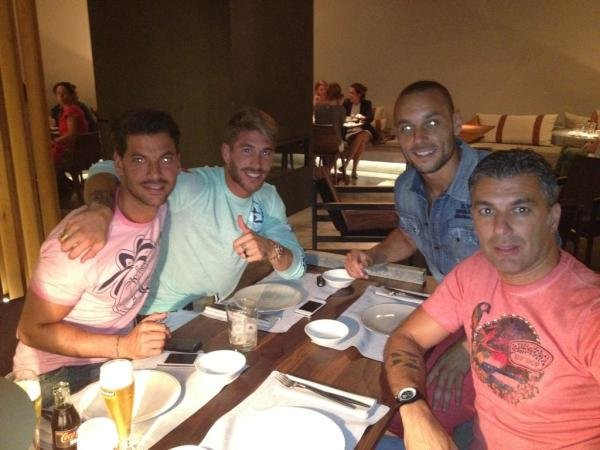 Sergio Ramos cenando con unos amigos